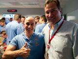 Tom Rivellini of the entry, descent and landing team gives a big thumbs up upon Curiosity's successful landing on Mars.