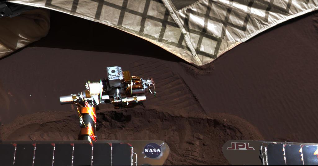 Em 20 de março de 2004, da NASA Mars Exploration Rover Opportunity usou uma roda para cavar um material subsuperfície revelador vala ao lado do hardware lander que levou a sonda para a superfície de Marte 55 dias marcianos, ou soles, mais cedo.