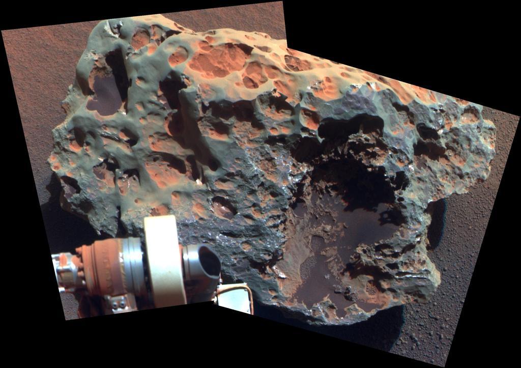 """Este ponto de vista de uma rocha chamada """"Block Island"""", o maior meteorito já encontrado em Marte, vem da câmera panorâmica (Pancam) em Opportunity."""