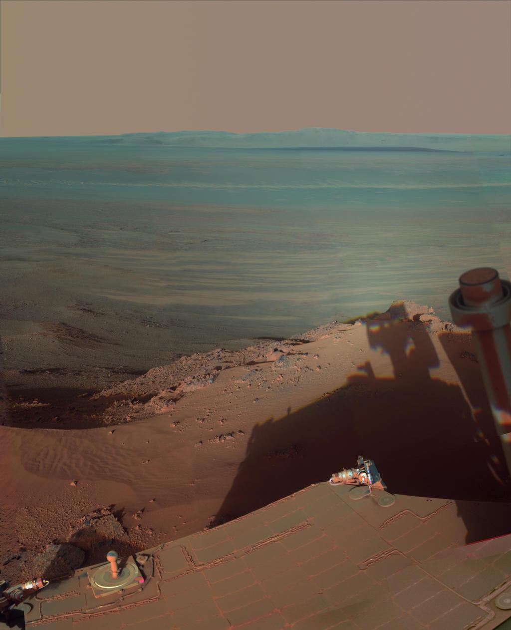 da NASA Mars Rover Opportunity pega sua própria sombra de fim de tarde nesta vista dramaticamente iluminado leste através Endeavour cratera em Marte.