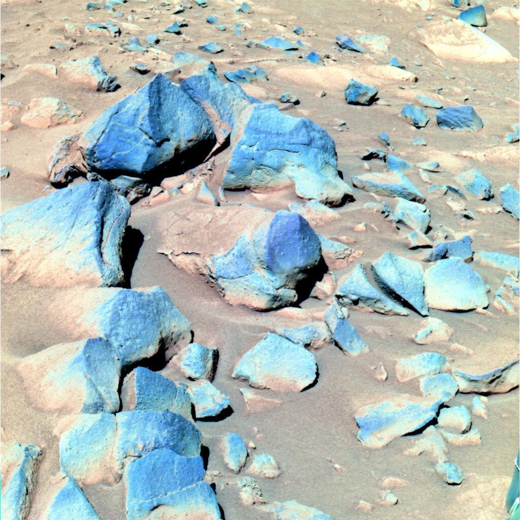 """Esta imagem de cores falsas tomada pelo Espírito mostra um grupo de rochas mais escuras apelidado de """"toltecas"""", situada a sudeste da posição do rover."""
