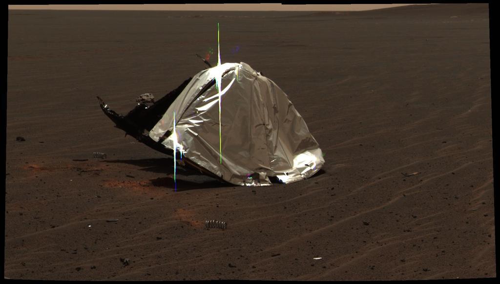 Esta imagem da câmera panorâmica do Opportunity apresenta os restos do escudo térmico que protegia o rover de temperaturas de até 2.000 graus Fahrenheit como ele fez o seu caminho através da atmosfera marciana.