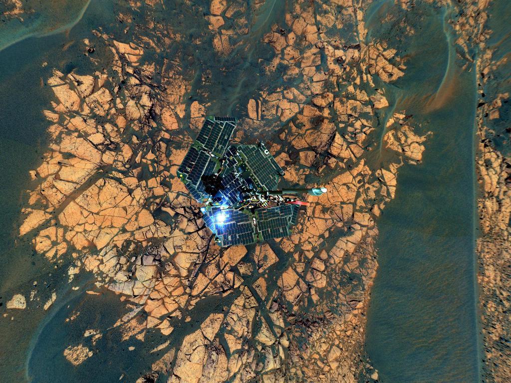 """Esta vista combina imagens tiradas pela câmera panorâmica sobre 652 do Opportunity através dias marcianos 663rd, ou soles (23 de novembro a 05 de dezembro de 2005), na borda do """"Erebus Crater."""""""