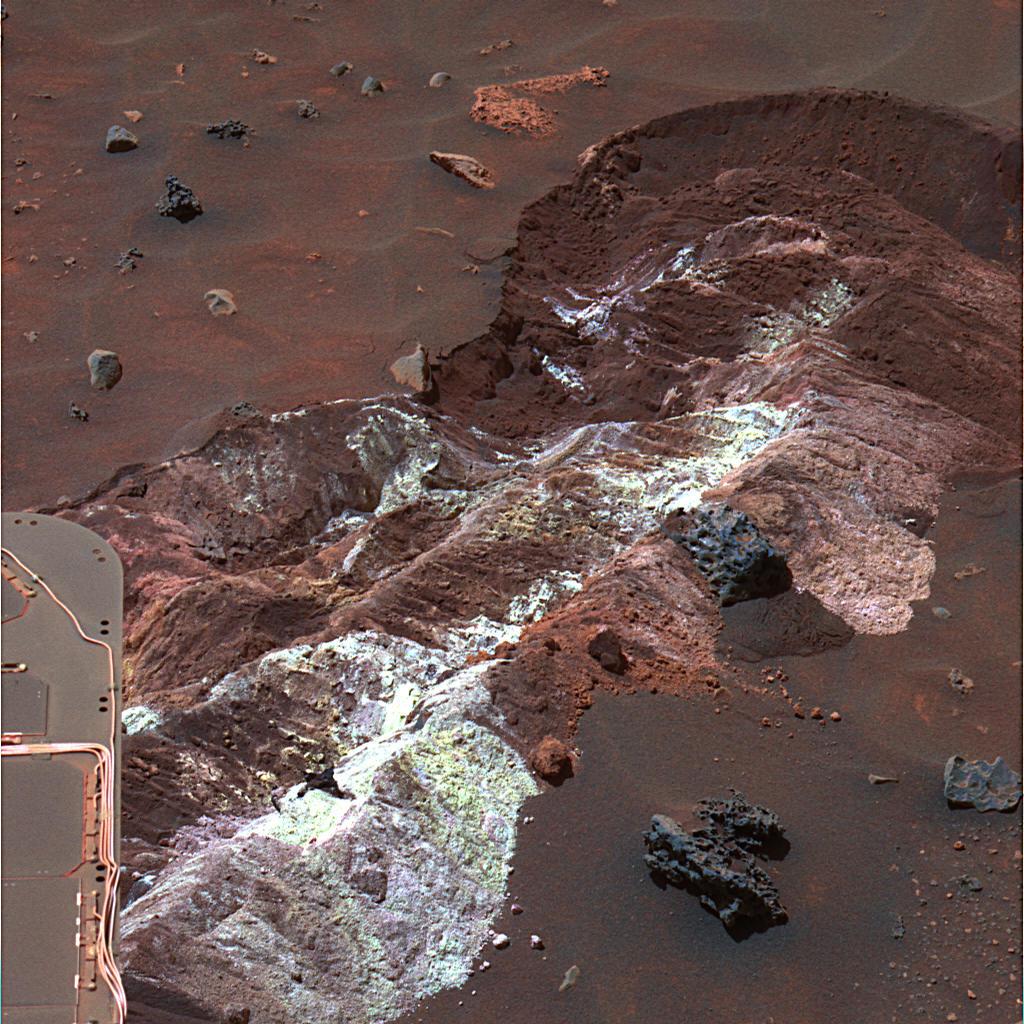 """Espírito descoberto este patch notável do solo brilhante, solto durante a condução em direção a """"Home Plate"""" ao longo do assoalho da bacia sul de """"Marido Hill"""" na cratera Gusev."""