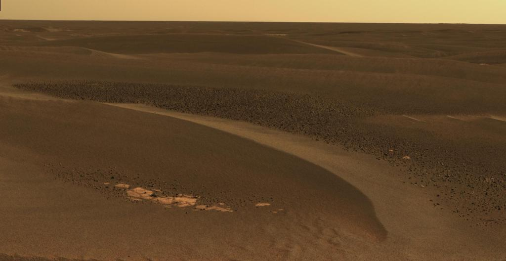 """Como Opportunity continuou a atravessar de """"Erebus Crater"""" em direção a """"cratera Victoria"""", o rover navegou ao longo de exposições de rochas entre grandes ondulações, wind-blown."""