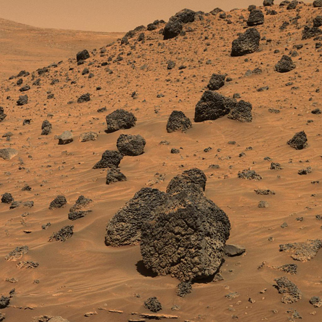 """Espírito dirigimos através da bacia sul de """"Marido Hill,"""" principalmente condução sobre depósitos de areia e dunas até que me deparei com este exemplo espectacular das rochas basálticas chamado de """"Lorre Ridge."""""""