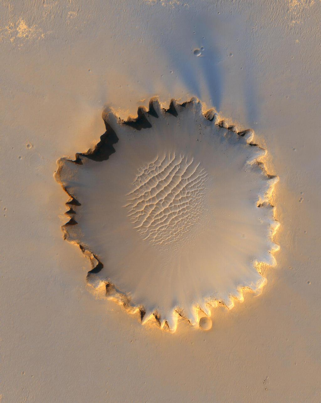 """""""Victoria Crater,"""" cerca de 800 metros (meia milha) de diâmetro, tem sido o lar terreno para da NASA Mars Exploration Rover Opportunity por mais 14 do rover primeiros 46 meses em Marte."""