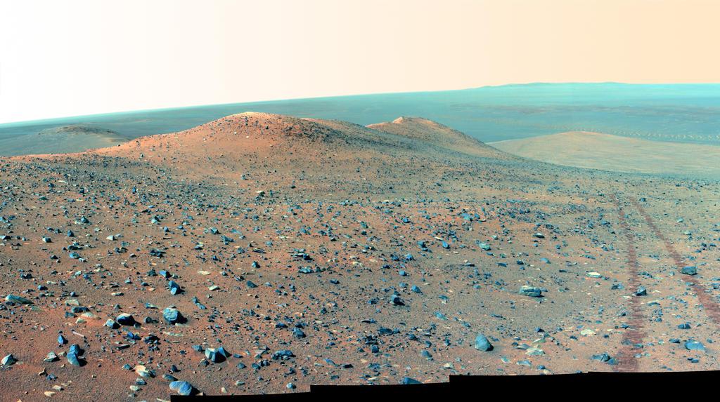 Esta vista-olhando norte da NASA Mars Rover Opportunity mostra Wdowiak Ridge, a partir de primeiro plano esquerdo para o centro.  Esta versão é apresentado na cor falsa, o que melhora a visibilidade de marcas das rodas do rover à direita.