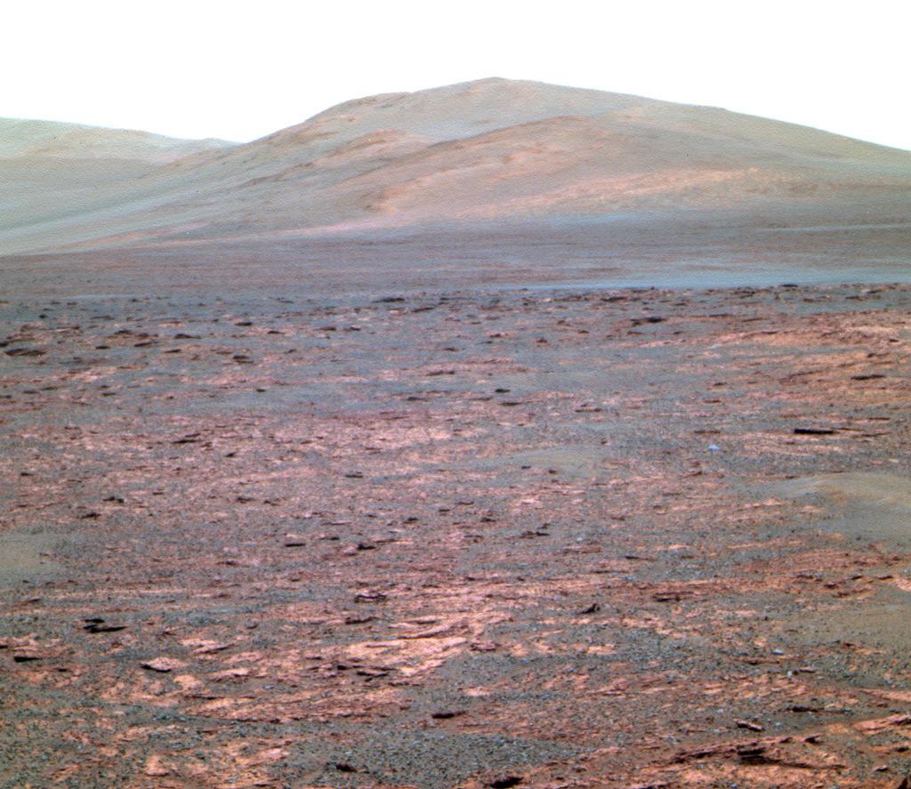 """Opportunity usou sua câmera panorâmica (Pancam) para adquirir esta visão de """"Solander Poin"""".  A cena-olhando para o sul, apresentado em cor falsa, mostra Solander ponto no horizonte centro, """"Botany Bay"""" em primeiro plano, e """"Cape Tribulation"""" no fundo distante à esquerda."""