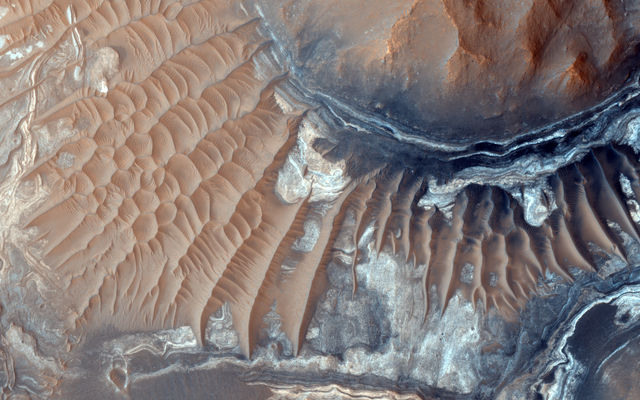 MRO Sees Light-Toned Deposits in Noctis Labyrinthus