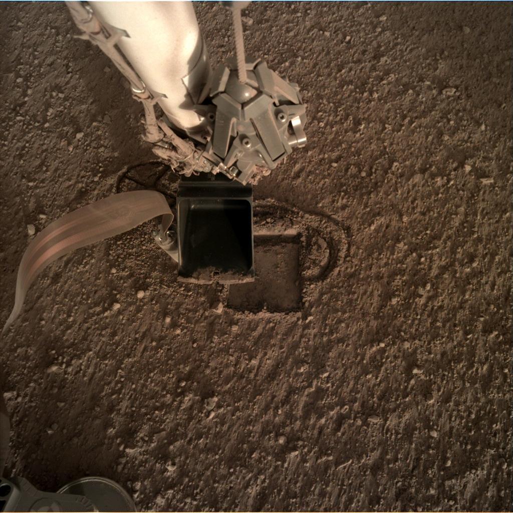 https://mars.nasa.gov/insight-raw-images/surface/sol/0302/idc/D000M0302_623354999EDR_F0000_0250M_.JPG
