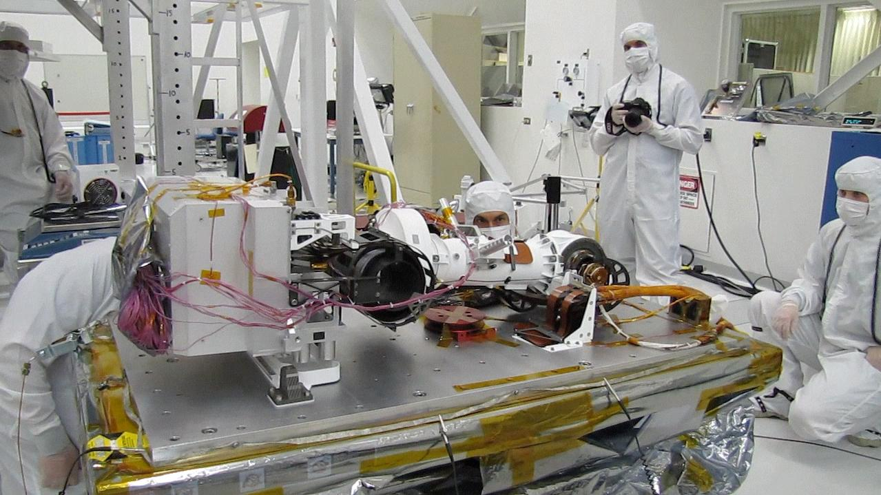 This video shows the mast of NASA's Curiosity rover deploying in a pre-launch test.