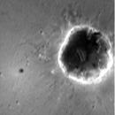 Une image de la caméra de descente et à droite une vue de l'escarpement rocheux par la PanCam Les images en plus grand