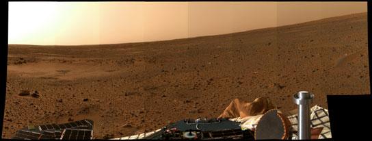 La région de Gusev, direction Nord. L'inclinaison apparente est dûe à l'inclinaison de la sonde. On observe également l'airbag mal dégonflé. crédit : JPL/NASA