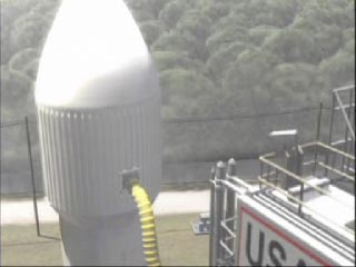 La sonde emportant Opportunity se trouve à l'intérieur de la coiffe blanche du lanceur.