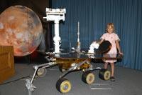 Sofi Collis, una ni�a siberiana adoptada en Estados Unidos, bautiz� los robots ge�logos de la NASA como 'Spirit' (Coraje) y 'Opportunity' (Oportunidad), posa junto a una r�plica a tama�o natural de uno de los robots.