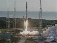 El enorme cohete Atlas V despega de su plataforma de lanzamiento llevando a la sonda Mars Reconnaissance Orbiter a través de la atmósfera de la Tierra y empujándolo hacia su trayectoria a Marte.