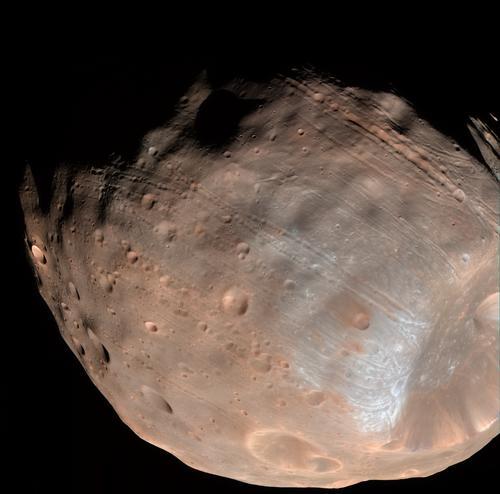 Des photos spectaculaires de Phobos par MRO PIA10369_br
