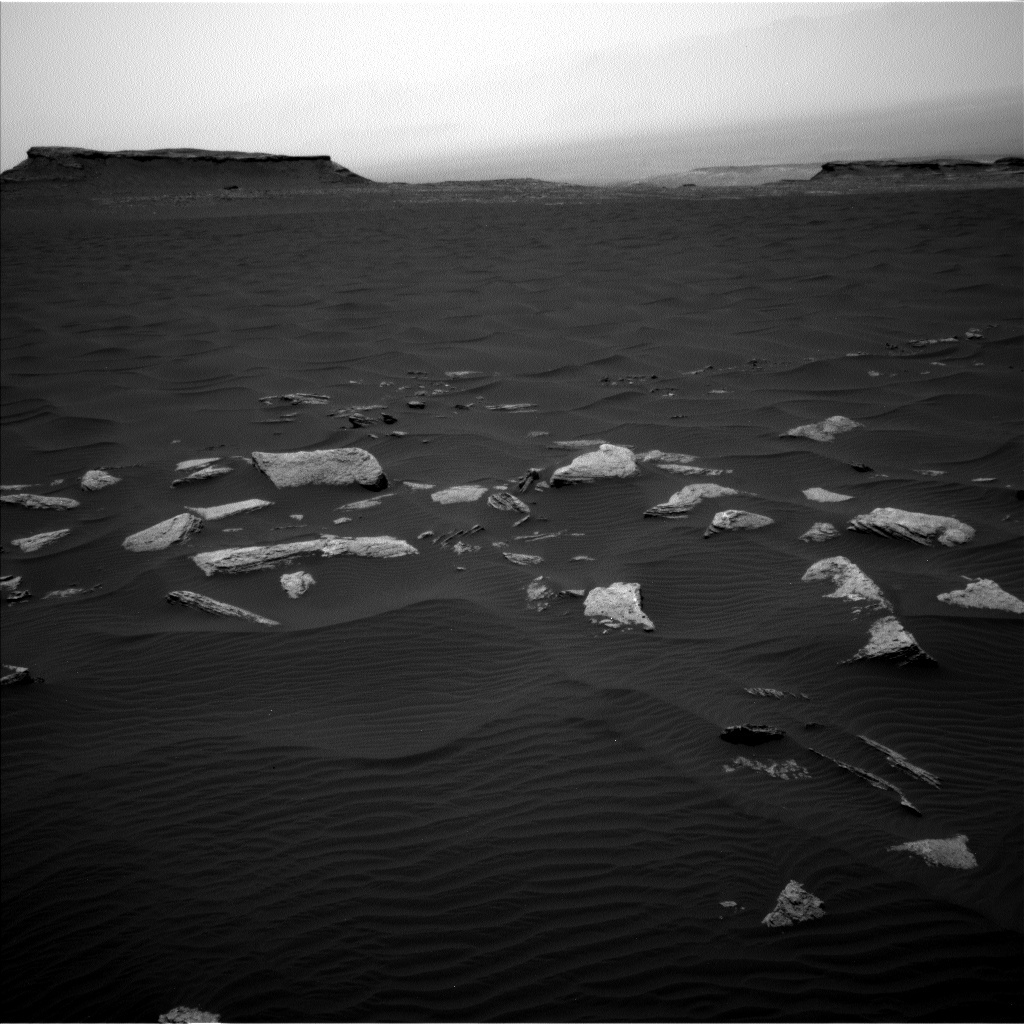 Navcam view of the Bagnold dunes and Murray Buttes