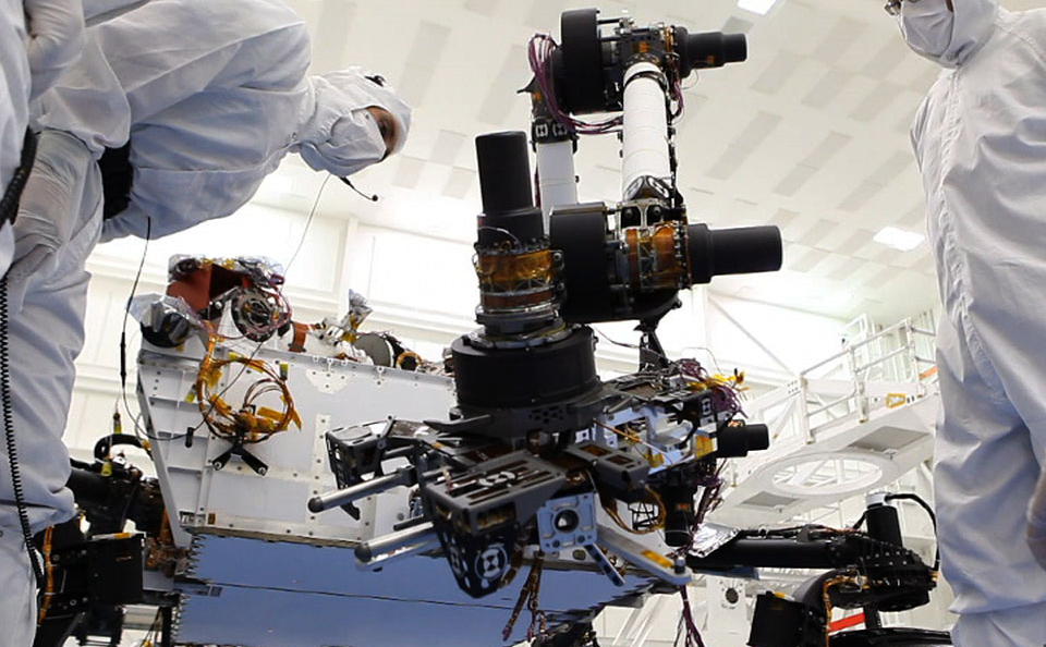 Building Curiosity: Engineers give the rover lessons in hand-eye coordination.