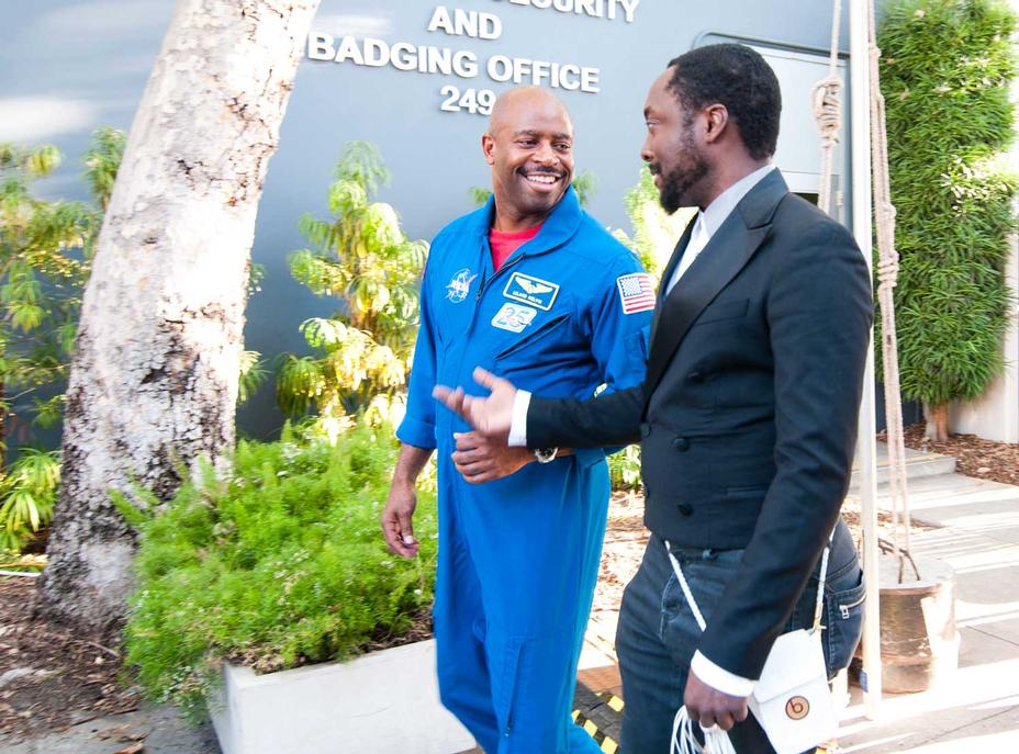 Astronaut, Leland Melvin escorts Will.i.am into JPL at the beginning of the Curiosity Landing Night event.